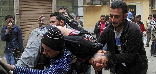 Uno de los heridos este sábado en Tahrir. | Afp