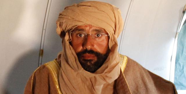 Saif al Islam, tras ser detenido, en el avión rumbo a Zintan.   Reuters [VEA MÁS IMÁGENES]