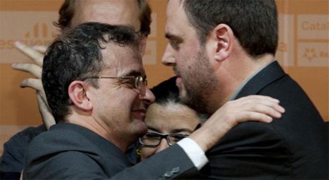 Bosch y Junquera se abrazan tras conocer los resultados.   Santi Cogolludo