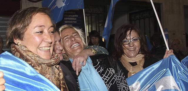 La atleta palentina Marta Domínguez, candidata al Senado, celebra la victoria 'popular'. | Efe