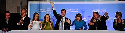 Rajoy, con sus colaboradores, en el balcón de Génova.   Afp