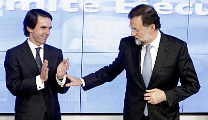 Aznar saluda a Rajoy en su regreso a un Comité Nacional. | Efe