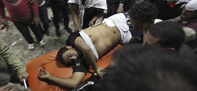 Un manifestante egipcio herido llega a un hospital cercano a la Plaza Tahrir. | Reuters VEA MÁS IMÁGENES