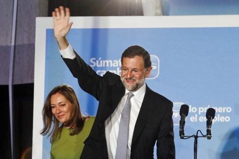 Mariano Rajoy en el balcón de la sede del PP en la calle Génova de Madrid.   José Aymá