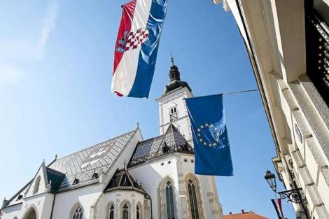La bandera croata y la de la UE ondean en el exterior del Parlamento nacional, en Zagreb. | Ap