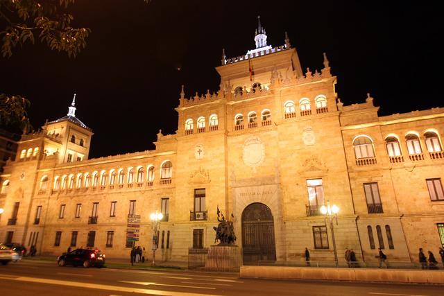 Fachada iluminada de la Academia de Caballería. | M. Álvarez
