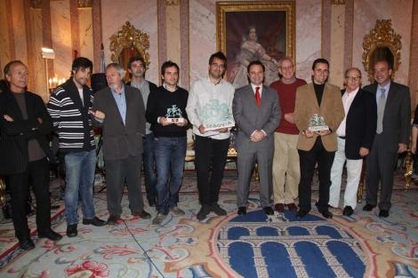 Foto de familia de los premiados con los miembros del jurado.   Rosa Blanco