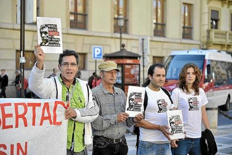 Familiares y amigos piden la libertad de Montes, en Granada. | Jesús García Hinchado / Efe