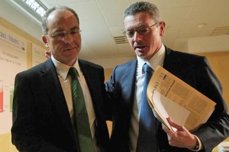 El alcalde de Madrid, Alberto Ruiz-Gallardón, y el delegado de Hacienda, Juan Bravo.   EM