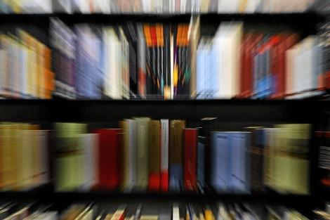 Un estante de la librería La Central, de Barcelona. | Santi Cogolludo