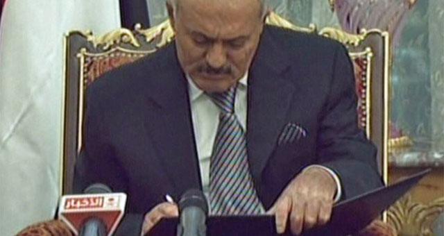 El presidente saliente Saleh, en el momento de la firma. | Ap