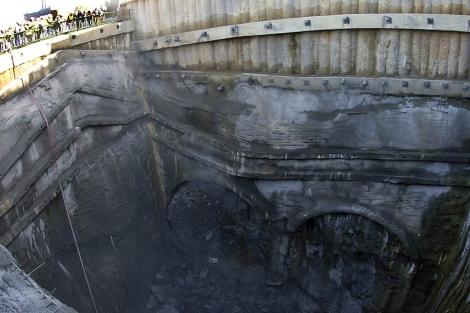 La tuneladora 'Miñoca' termina su túnel en el pozo de extracción. | Efe