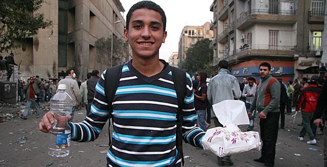 Wael, de 23 años, reparte vinagre y pañuelos entre los revolucionarios.   F. Carrión