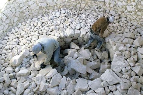 Dos obreros trabajando la sal en Morón de la Frontera. | Efe
