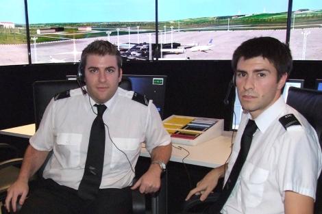 Los alumnos Gabriel Sanz y Sergio Fiz ante el simulador. | A.L.