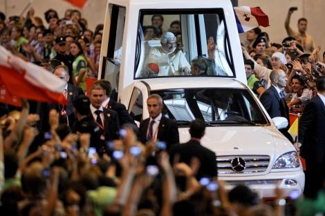 Benedicto XVI, en el Papamóvil en su visita a Madrid. | Gonzalo Arroyo