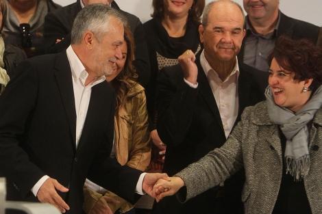 Griñán saluda a Teresa Jiménez, en presencia de Chaves. | Carlos Márquez
