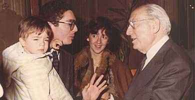 Un jovencísimo Alberto Ruiz-Gallardón junto a Tierno Galván. (EM)