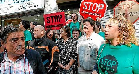 Varias personas protestan contra un desahucio en Barcelona. | Jordi Soteras