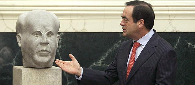 Bono, en el Congreso, presenta el busto de Azaña en el Congreso. Efe/Paco Campos