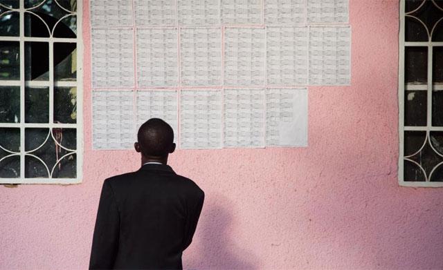 Un congoleño comprueba el censo electoral. | AFP