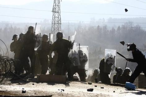 Choque entre la KFOR y los serbios de Kosovo en Jagnjenica. | Reuters