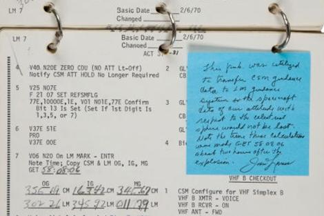 Una página del manual de control con anotaciones de James Lovell. | Heritage Auctions.