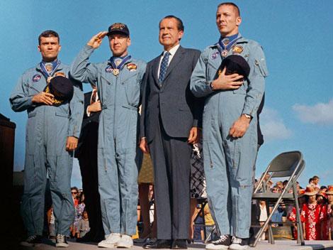 El presidente Richard Nixon y los tres astronautas, John Swigert, Jim Lovell y Fred W. Haise, en un homenaje. | NASA.