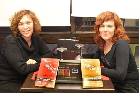 Gema Martínez y Agurtzane Atencia con libros de su editorial. | Nacho Alcalá