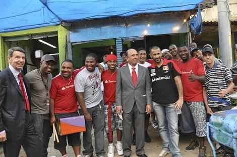 Emilio Botín, presidente de Banco Santander, en la favela de Alemao, Río de Janeiro.