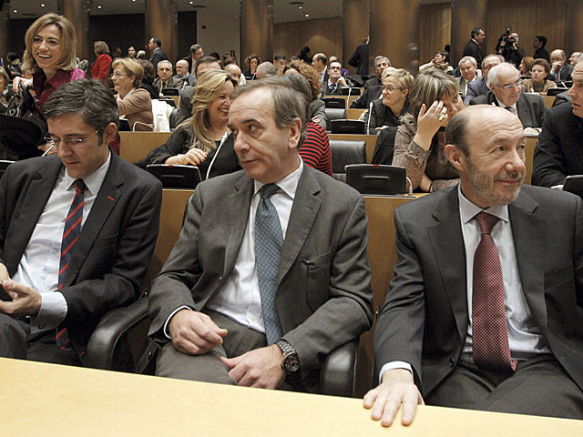Madina, Alonso y Rubalcaba en primer término, durante la reunión del Grupo Parlamentario del PSOE. | Efe