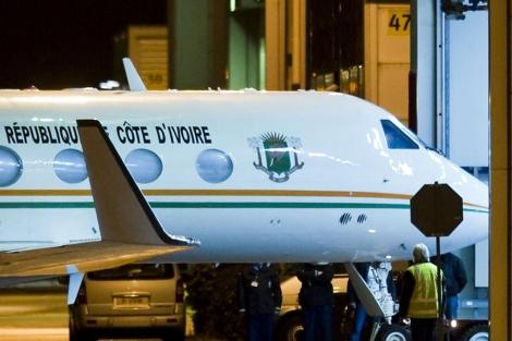 Imagen del avión que ha trasladado a Gbagbo hasta Holanda esta madrugada. | Reuters
