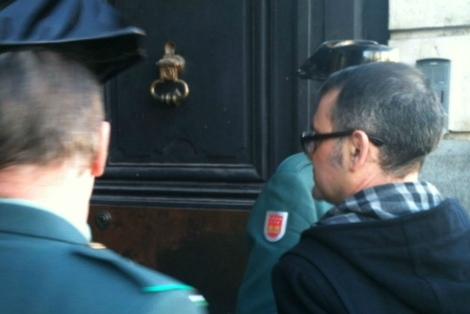 El alcalde de Parla entrando en la Puerta del Sol. | El Mundo