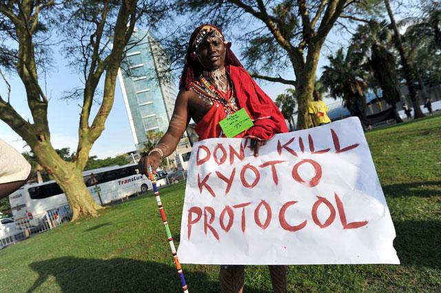 Un masái muestra un cartel que reza: 'No matéis al Protocolo de Kioto'. | AFP