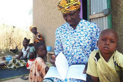 Kaidia Samake leyendo con sus nietos.