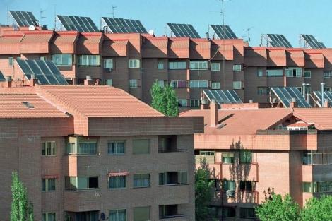 Viviendas con placas solares en el sector Embarcaciones, en Tres Cantos. | C. Barajas