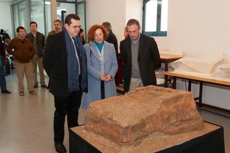 La directora del Museo Arqueológico, Concepción San Martín, observa la pieza. | IAPH