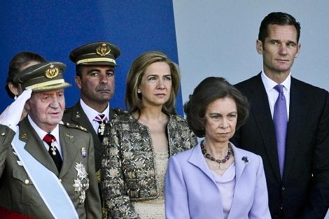 Urdangarin, a la derecha, en su último acto público, en la Fiesta Nacional.   Gonzalo Arroyo