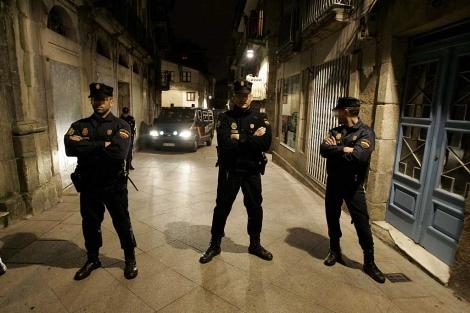 Agentes de la Policía Nacional, durante los registros en Vigo.   Rosa González
