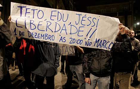 Manifestantes a favor de los independentistas en Vigo.   Rosa González