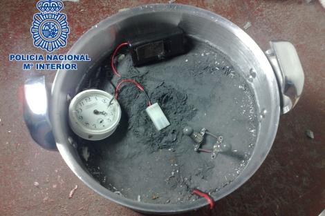 La olla con el explosivo y el temporizador preparado. | Policía Nacional