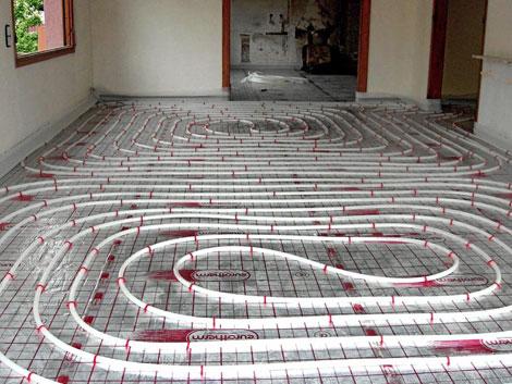 Detalle de la instalación del suelo radiante en una vivienda.   El Mundo