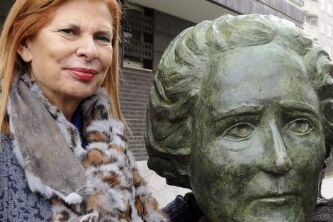Carmen Alborch, junto al busto de Clara Campoamor, en León. | J. Casares