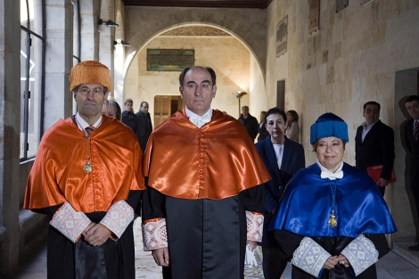 Sánchez Galán, en el centro, minutos antes de ser investido doctor honoris causa.   Ical