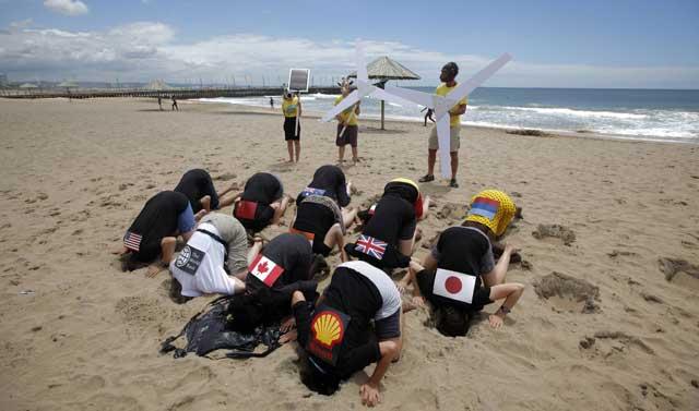 Protesta contra los grandes paises contaminantes en la lucha contra el cambio climático, en Durban.   Reuters
