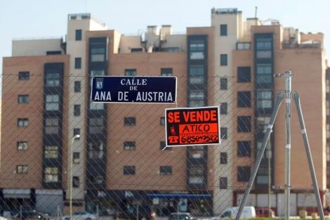 Cartel que anuncia un ático en venta en un PAU de Madrid. | Diego Sinova