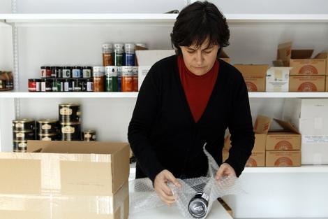 Esta emprendedora soriana empaqueta algunos productos para enviarlos a los clientes. | Ical
