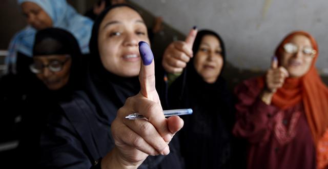 Mujeres egipcias muestran el dedo pintado tras votar en un colegio electoral en El Cairo. | Efe