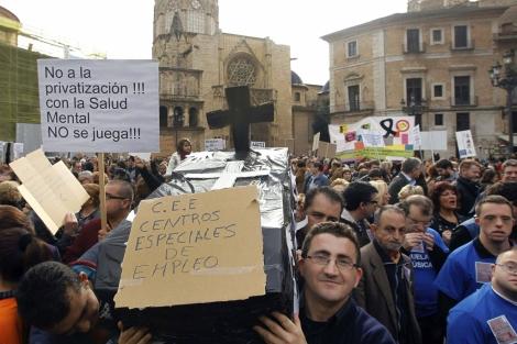 Protesta de cientos de discapacitados en el centro de Valencia.   Efe