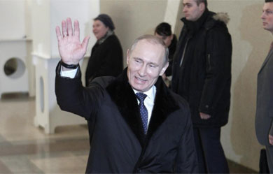 Putin saluda después de votar en Moscú. | Reuters